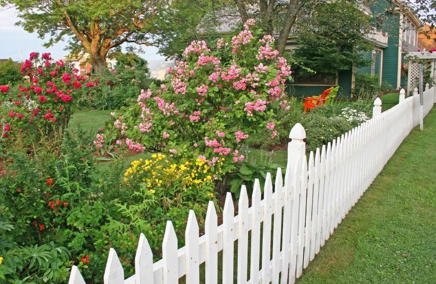 SIMPHOME.COM 10 Tricks How to Upgrade Wood Fence Ideas for Backyard 5.Go Classic with a Simple White Picket Fence