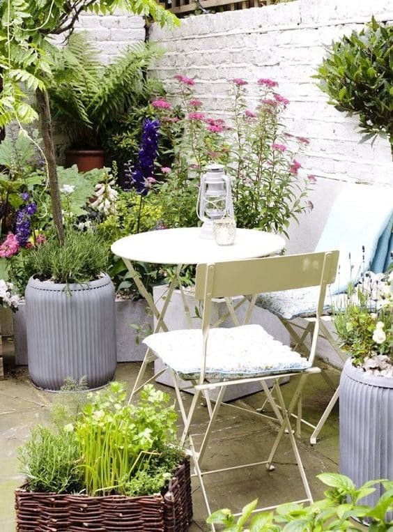 5.Simphome.com Accentuate The Garden With White Wall And Furniture 1