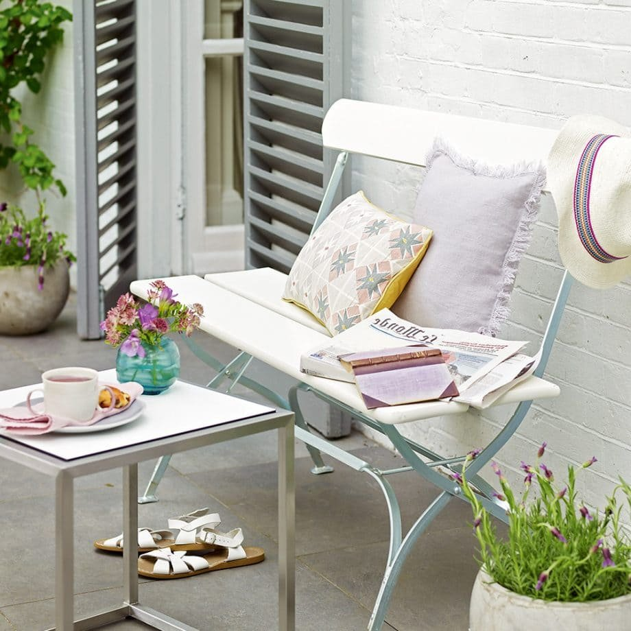 5.Simphome.com Accentuate The Garden With White Wall And Furniture 2