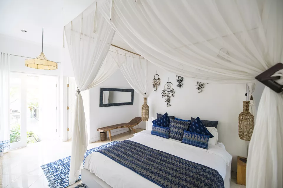 9.Simphome.com Opt for Canopy Bed